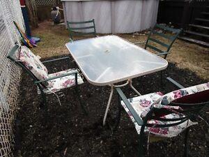 table patio avec 4 chaises a vendre