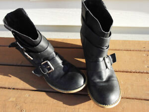 Pant Boot, black in colour