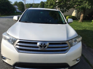 Toyota AWD Highlander Loaded; leather, back up cam, 7 seater