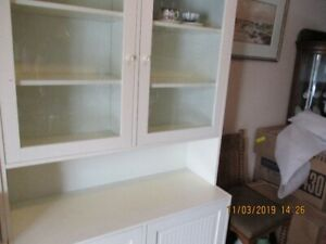 Buffet de cuisine blanc portes vitrées et sa soeur l'étagère