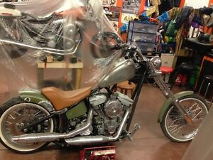 Strutless rear fender with custom seat for a softail with a 200m
