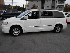 2012 TOWN & COUNTRY  LOADED  PENTASTAR V6   READY TO TRAVEL...