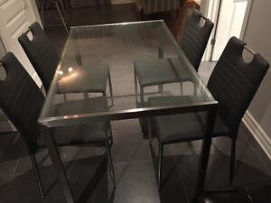Table 4 place Maison Corbeil avec 4 chaises