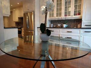 Table ronde en verre et pattes chromées