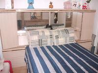 mobilier de chambre avec sommier et matelas.