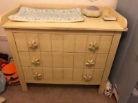 Chest of drawers with changing top