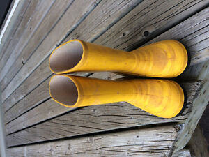 Toddler size 10 rubber boots with lining