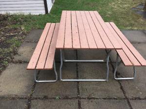 Table à pique-nique et 2 bancs.