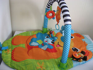 Tapis d'eveil (ou tapis de jeu) Infantino   En excellent état