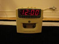 Cassette radio alarm clock/Réveille-matin radio et cassette!