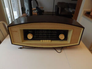 Radio antique a lampe.