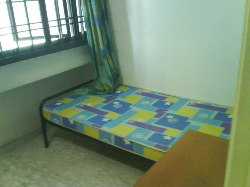 room for rent, 5 mins walk to lakeside mrt Singapore  ( room for one person )