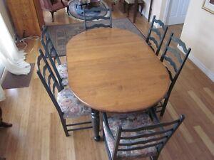 MOBILIER DE S/MANGER//CUISINE TABLE+6 CHAISES EN ERABLE MASSIF