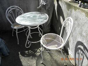-ensemble patio 2 chaise decoratif tres propre 819-791-2100
