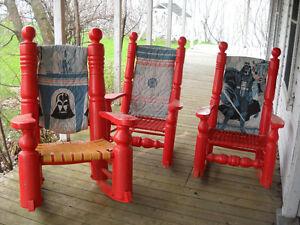 3 grosses chaises berçantes antiques rouges, bois massif, 1935
