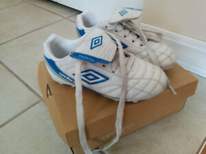 Umbro Little kids' soccer cleats size 11