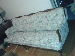 Old style couch Windsor Region Ontario image 1
