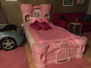 Step 2 Twin Princess Palace Bed in Very Good Condition !