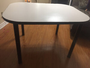 Kitchen dining table in good condition!