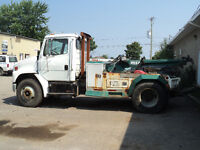 freightliner fl80 towing semi-lourd