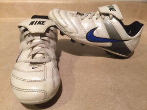 Youth Nike Outdoor Soccer Cleats Size 2 London Ontario image 1