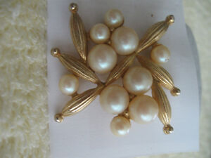 ATTRACTIVE OLD VINTAGE LADYS BROOCH with FAUX PEARLS
