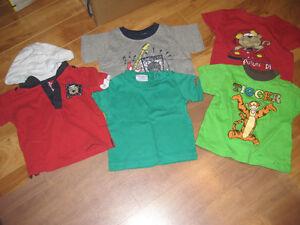 5 t-shirts de grandeur 12 mois.