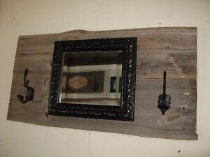 déco recyclée crochets et miroir sur bois de grange
