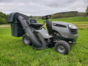 2009 CRAFTSMAN LAWN TRACTOR WITH ATTACHMENT. WORKS GREAT