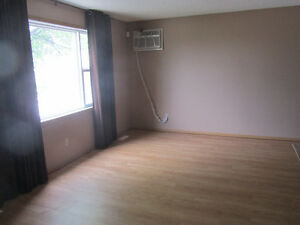 2 bdrm Duplex (Sept 1) 5 appliances/NearDowntown/PetsConsidered