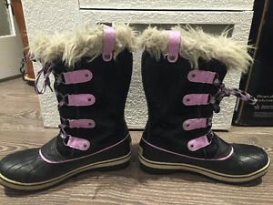 GIRL'S BOGS AND SOREL BOOTS SIZE 5 (37-38) USED West Island Greater Montréal image 2