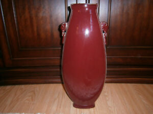 Grand vase rouge-bourgogne et blanc