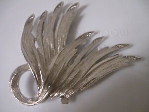 VINTAGE BIG BOLD BEAUTIFUL SILVERTONE BROOCH ['60's]