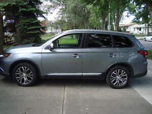 2016 Mitsubishi Outlander SE, V6, With Touring Package & hitch!