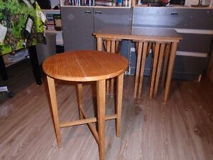 Petite table avec 4 petites tables endessous.