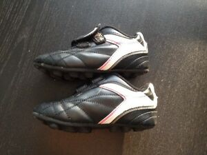 Kids soccer shoes - size 11 London Ontario image 3
