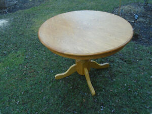 Round table in solid oak.