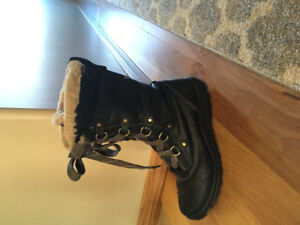 Women's winter boots. Size 9.