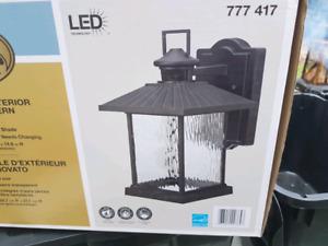 Lanterne extérieure neuve dans la boite cabanon ou maison