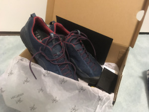 Arc'teryx Konseal FL Approach Shoes - USM7.5 - Nocturne/Red