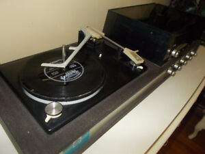 VINTAGE RECORD PLAYER W/ AM & FM
