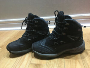 Boy's winter boots size 8.