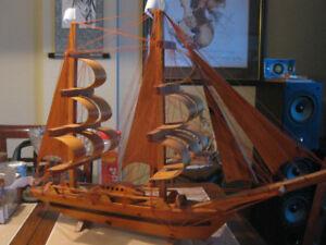 JUSQU'À 14H00 : Grand voilier décoratif en bois sur pied de 500$