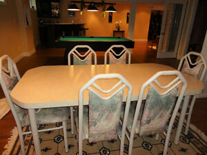Dining Table with 6 Chairs in Excellent Conditon