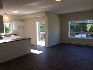 **JUST LISTED! Newer2bd,2bth,bright corner unit with view-July1