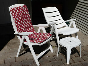 2 WHITE RECLINING RESIN CHAIRS WITH 2 CUSHIONS AND 2 TABLES  $55