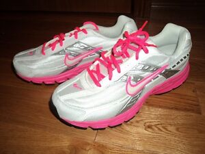 Brand New Women's Nike Running Shoes Size: 9.5