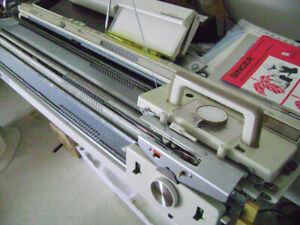 SINGER 560 ELECTRONIC KNITTING MACHINE WITH YC6