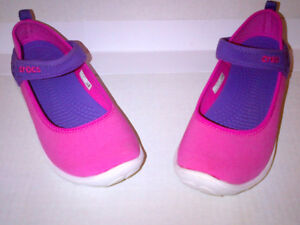 CROCS Are Waterproof Duet Busy Day Mary Jane Girls Size J2