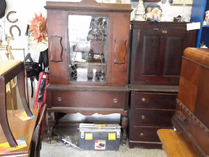 ANTIQUE CHINA CABINET EXCELLENT CONDITION  NEED THE ROOM 90.00